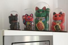 Figurines-Maneki-neko-sous-globes